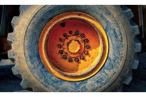 Plan rapproché sur un pneu agricole orange