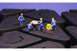 Ouvrier en train de réparer un pneu