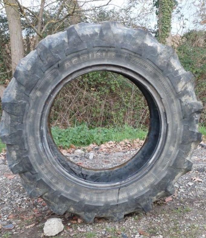 Photo pneu de tracteur en extérieur