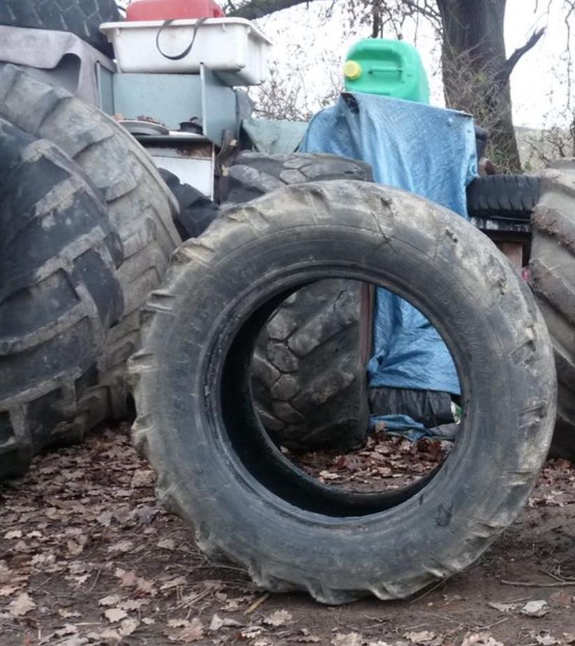Photo pneu de tracteur avec fond encombré