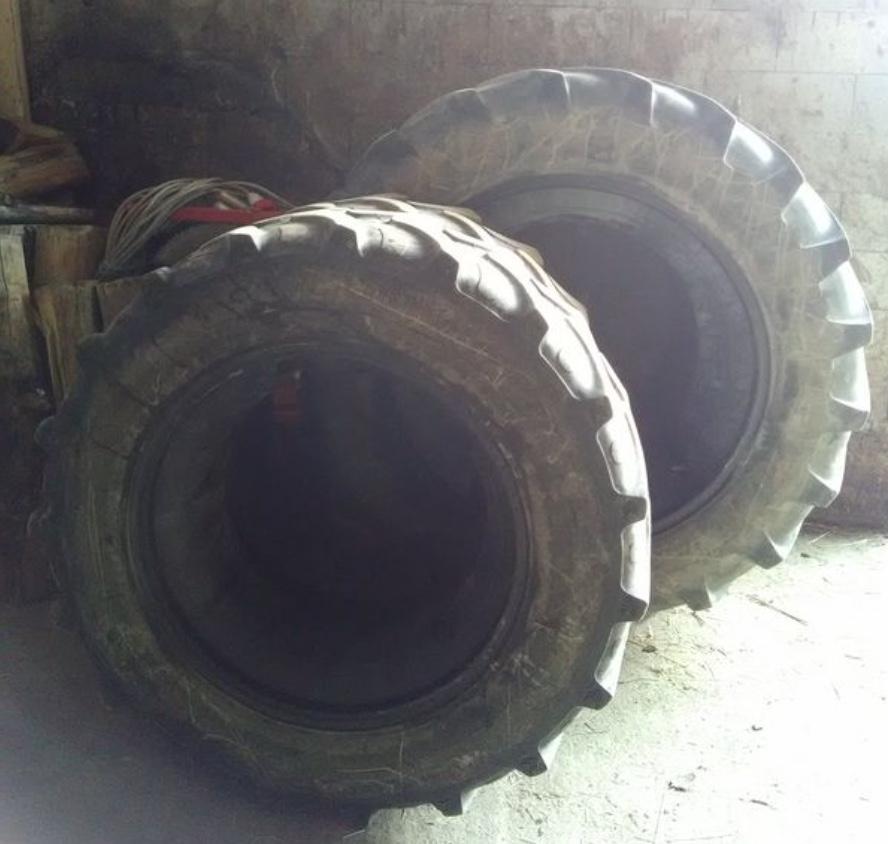 Photo pneu de tracteur en intérieur