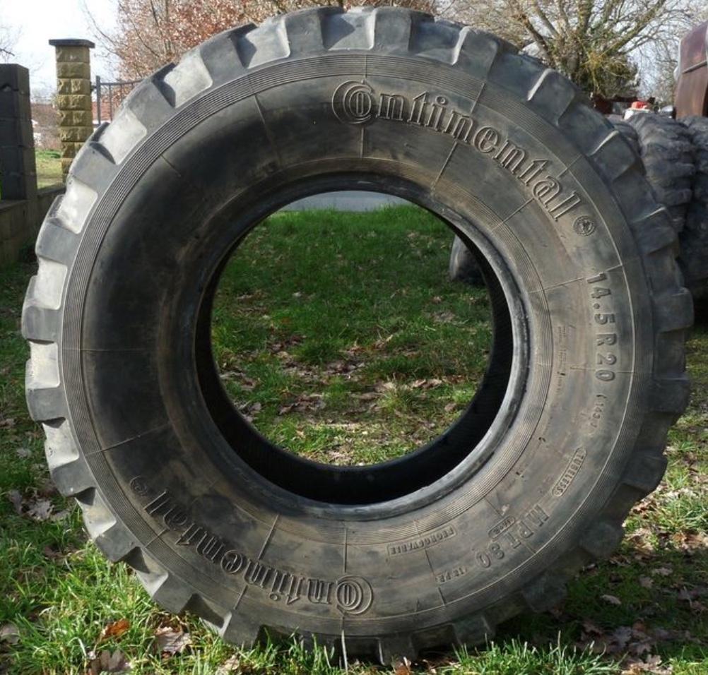 Photo de pneu de tracteur en extérieur